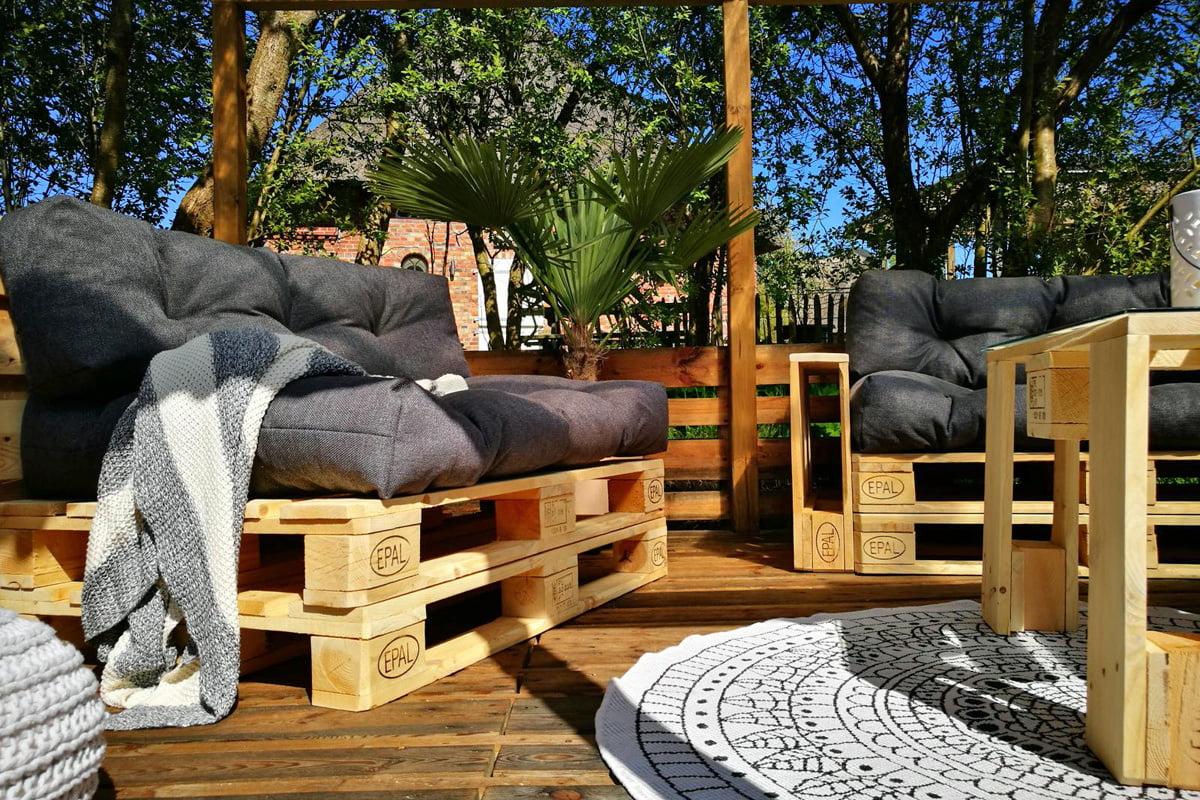 Terrasse aus Paletten mit Palettensofa selber bauen   selbermachen.de